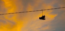 El misterio de las zapatillas colgadas (shoefiti)